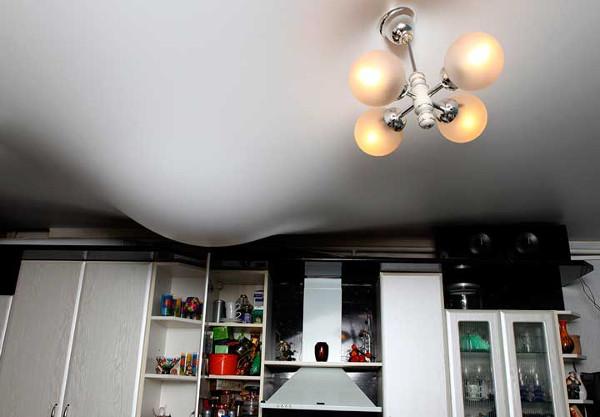 Почему провис натяжной потолок?
